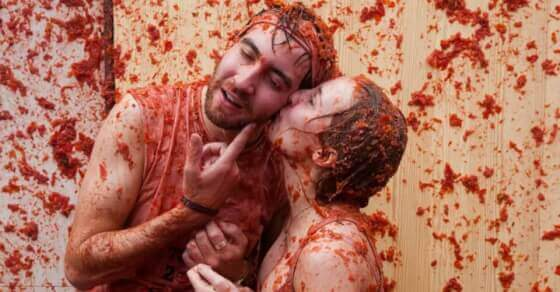 Thousands drenched in red in Spain's Tomatina battle