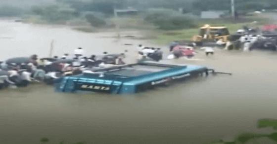 रतलाम: देखते ही देखते नाले में समाई बस, लोगों ने बचाई 50 की जान