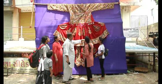 नवरात्रि की तैयारी, राजकोट में बनी 13 फीट लंबी 'बाहुबलि केड़िया' ड्रेस