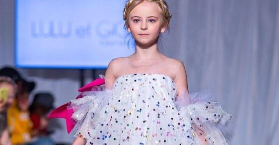 पेरिस फैशन वीक में 9 साल की बच्ची का रैंप वॉक, देखिए आप भी