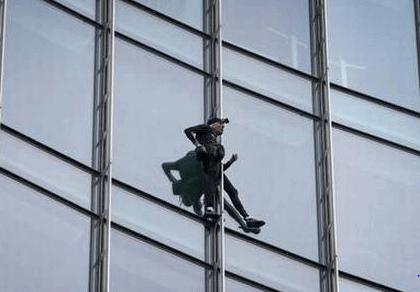 जर्मनी: 'स्काईपर बिल्डिंग' पर चढ़ा 'फ्रेंच स्पाइडरमैन', हुआ गिरफ्तार