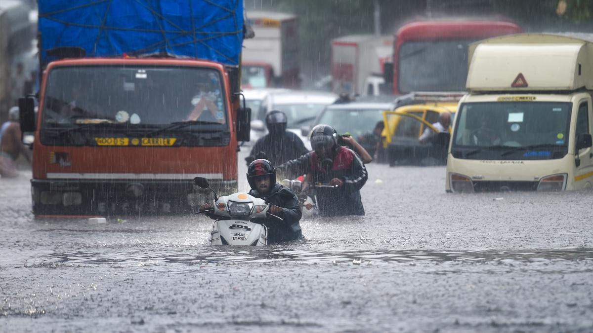Mumbai में भारी बारिश: महाराष्ट्र के 5 जिलों में रेड अलर्ट, कई इलाकों में घुसा पानी