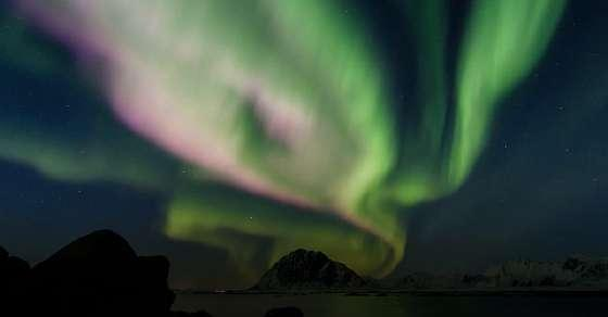 A stunning dragon-shaped aurora loomed over Iceland's sky