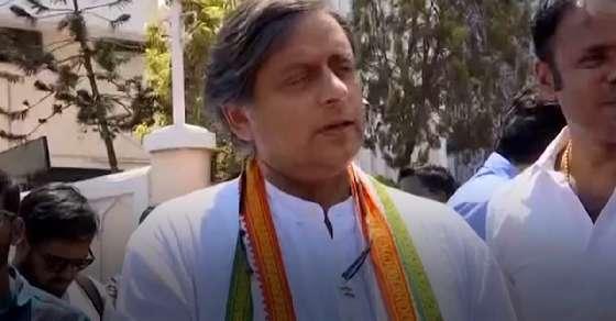 मोदी पर 'बिच्छू' वाली टिप्पणी के लिए थरूर को कोर्ट ने भेजा समन