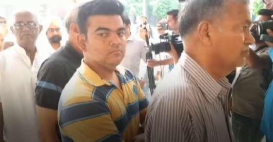 पश्चिम बंगाल: वोटिंग के दौरान बवाल, बाबुल सुप्रियो की कार पर हमला