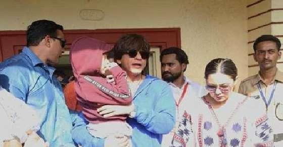Shah Rukh Khan & Gauri cast their votes in Mumbai