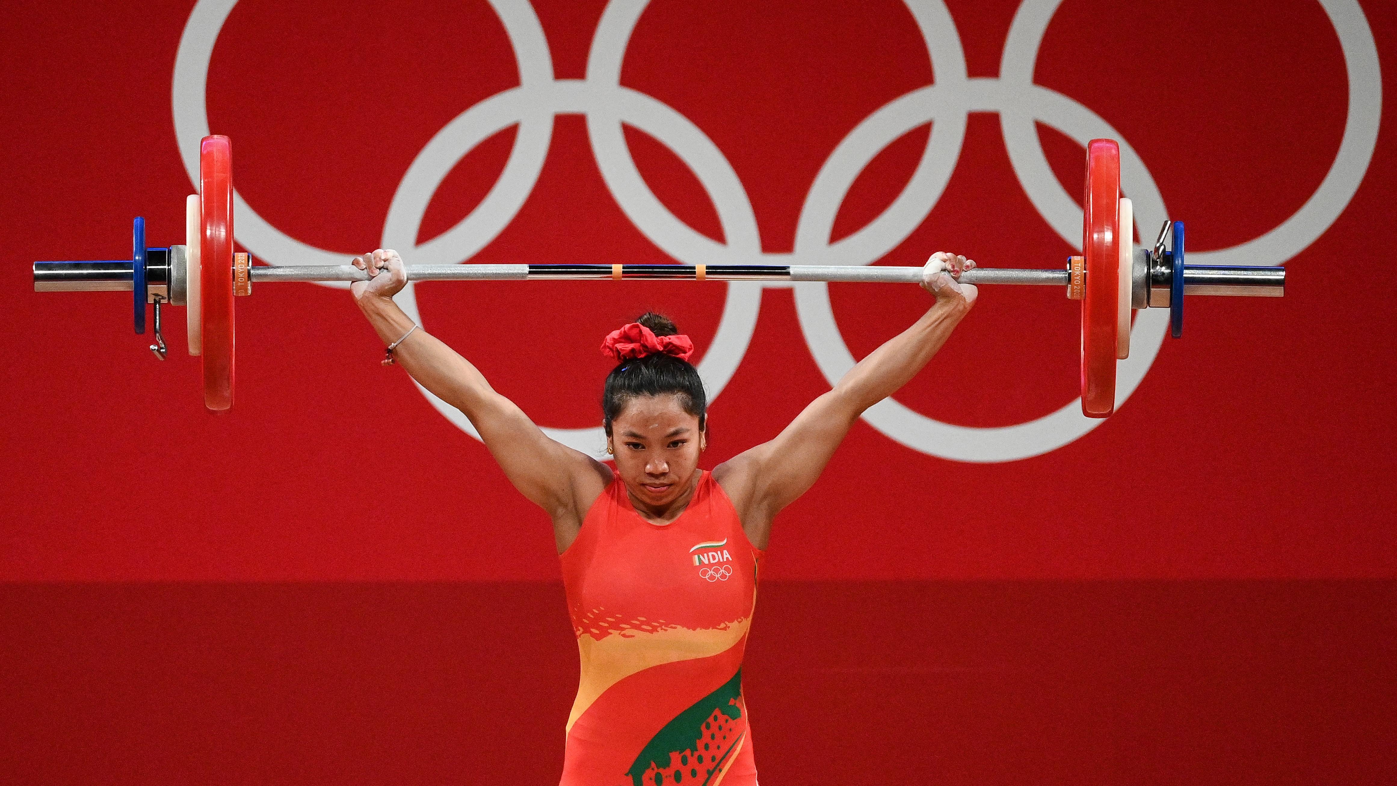 Tokyo Olympics में भारत की वेटलिफ्टर Mirabai Chanu ने रचा इतिहास, जीता रजत पदक