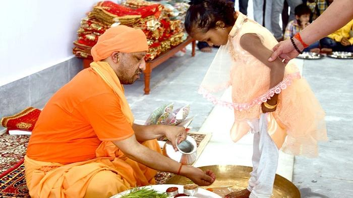 Maha Navami 2021- CM योगी ने गोरखनाथ मंदिर में परंपरागत कन्या पूजन किया